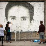 Fotomontaje de un retrato hecho sobre una pared de ladrillos