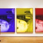 Fotomontaje en una exhibición de pinturas