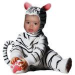 Montaje con un disfraz de un tigre blanco