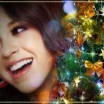 Fotomontaje junto a un árbol de navidad