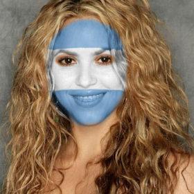 Fotomontaje con bandera de Argentina pintada en el rostro